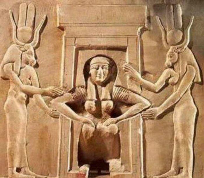 Изображение рожающей женины, которой помогают богини Таурт и Хатхор. Храм Хатхор в Дендере. /Фото: blogspot.com